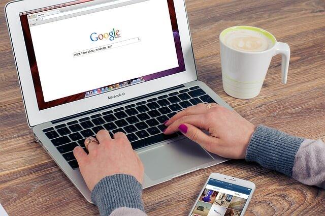 Macbookを使いGoogleで検索する人