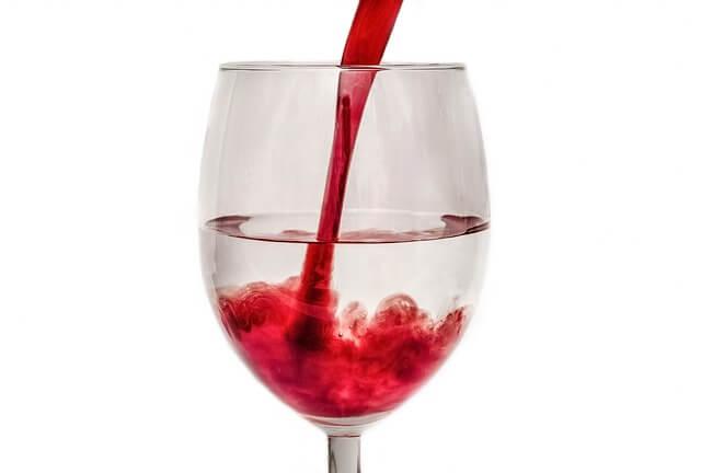 ワイングラスの水にワインが拡散していく様子