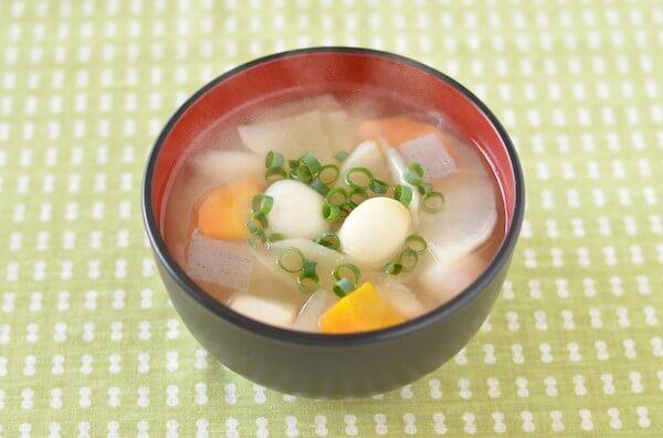 湯気がのぼる里芋入り豚汁(仙台風芋煮)