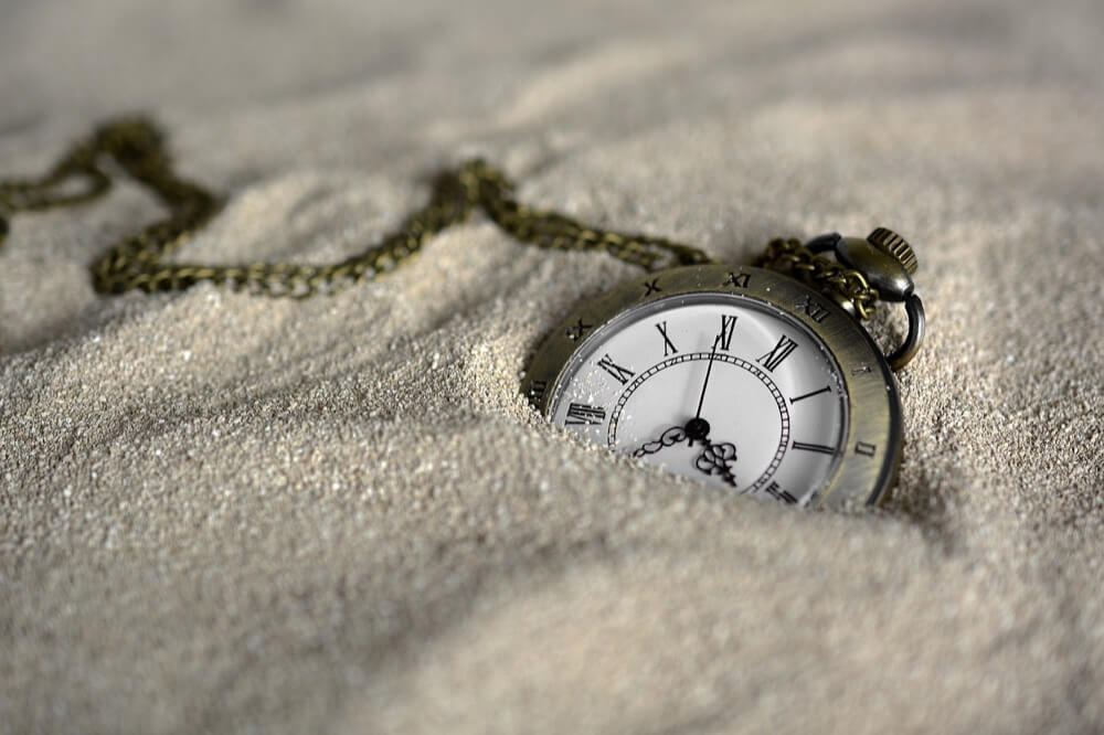 砂に埋れた懐中時計