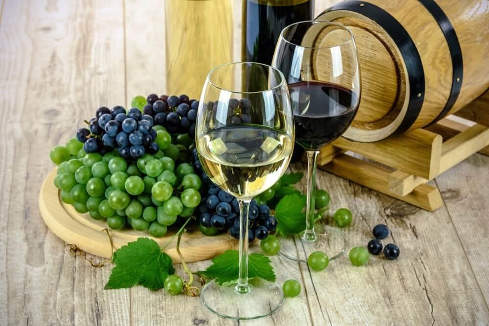赤白ワインとぶどう