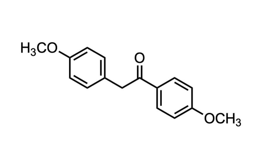 1,2-ビス-(4-メトキシフェニル)エタノンの構造式